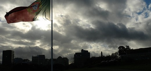 Portugese vlag en donkere wolken