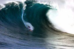 Surfer op een hoge golf