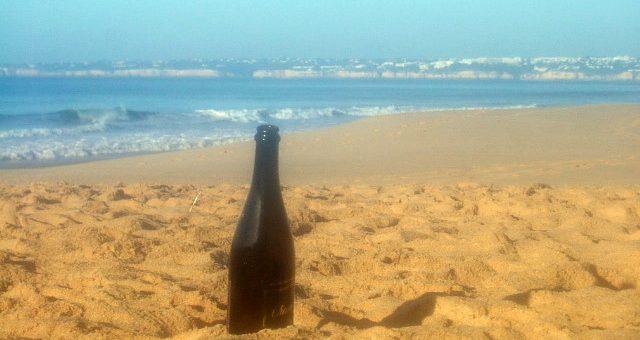 Champagnefles op het strand van Galé - Algarve