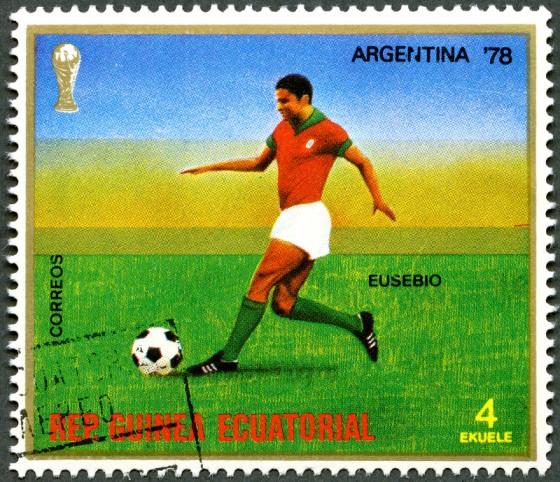 Eusébio in actie op een postzegel