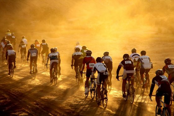 wielrennen bij opkomende zon - Ronde van de Algarve